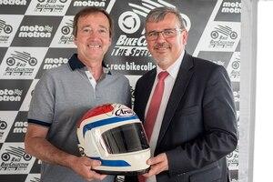 Freddie Spencer übergibt Oberbürgermeister Hansjörg Eger seinen Helm für die RaceBikeCollection