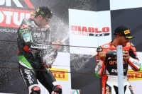 Mit der Sektflasche war Davide Giugliano dem Weltmeister ebenbürtig