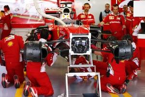 Am Auto von Sebastian Vettel wurde am Trainingsfreitag in Sotschi viel geschraubt