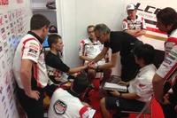 Unmittelbar nach dem Jerez-GP: Dr. Mir (schwarzes T-Shirt) untersucht Bradl in der Box
