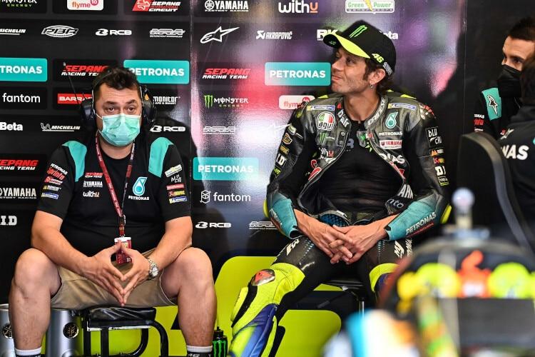 Visages tristes dans la boîte Petronas: Uccio Salucci, Valentino Rossi et (à droite) David Munoz