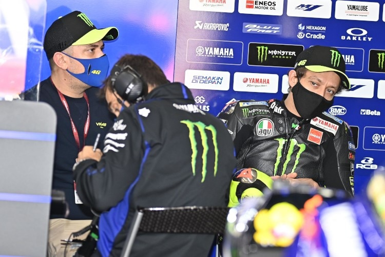 Valentino Rossi mit Uccio Salucci (links) und Crew-Chief David Munoz in der Yamaha-Box