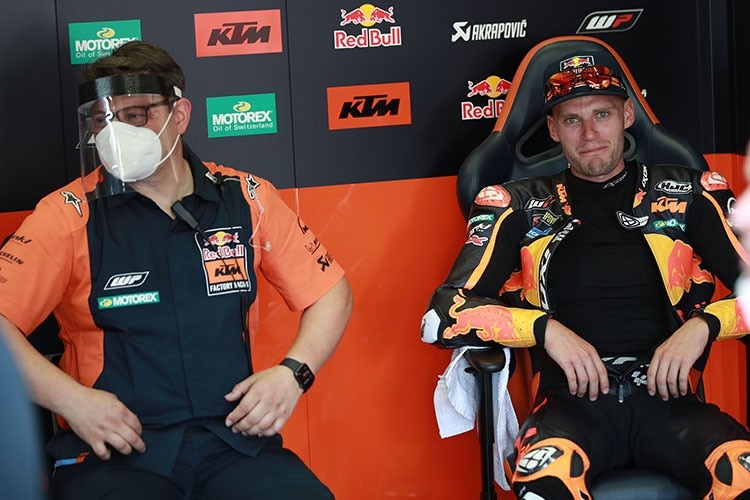 Brad Binder (re.) mit Crew-Chief Sergio Verbena