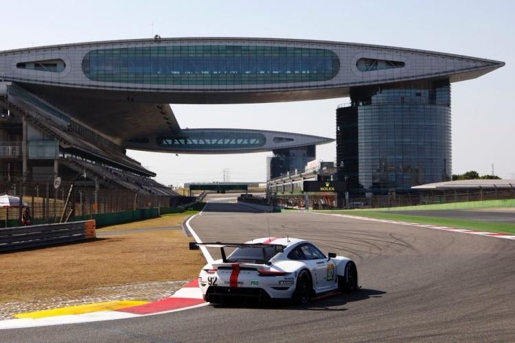 Werks-Porsche 911 RSR vor der Haupttribuene