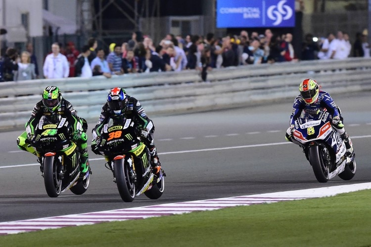 Pol Espargaró (44) und Bradley Smith (38) stritten in Katar um Platz 7, dahinter Barbera