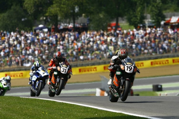 Steve Brogan vor Karl Muggeridge und James Ellison.