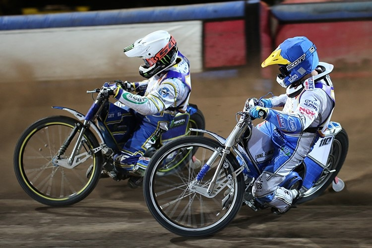 In Prag: Chris Holder vor Nicki Pedersen