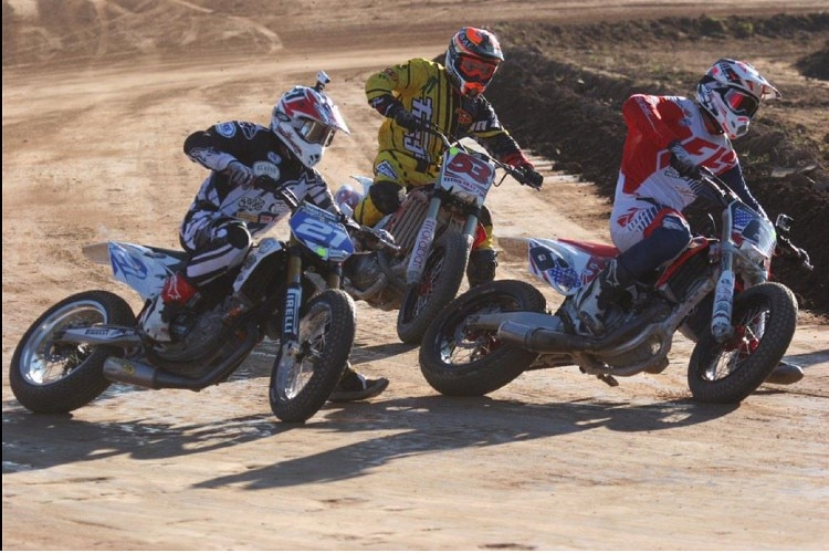 Troy Bayliss (21) mit Tito Rabat (53) und US-Dirt-Track-Champion Brad «The Bullet» Baker (6)