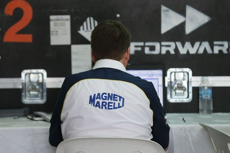 Ein Magneti-Marelli-Techniker in der Forward-Box