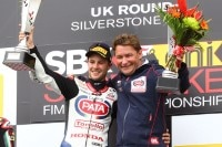 Jonathan Rea jubelt mit Ronald ten Kate