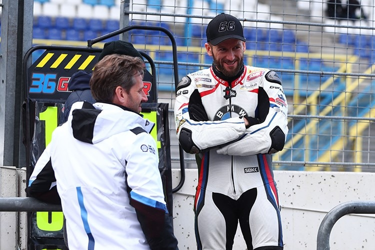 Tom Sykes (re.) mit BMW-Rennchef Marc Bongers