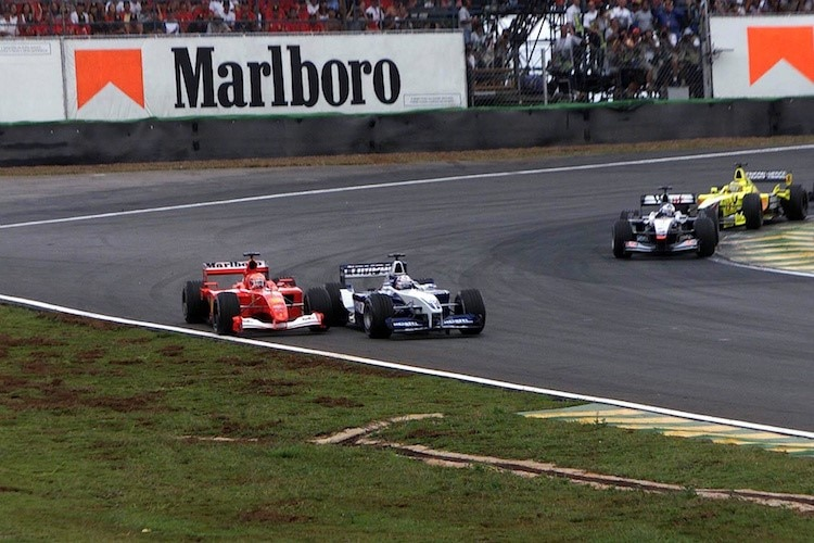 Juan Pablo Montoya attackiert in Interlagos 2001 Michael Schumacher