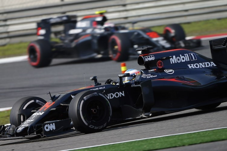 Fernando Alonso vor Jenson Button