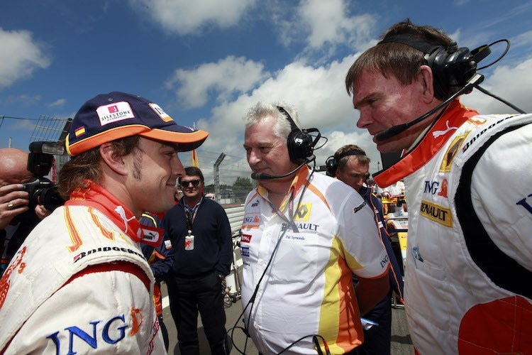 Alonso mit Pat Symonds und Alan Permane 2009