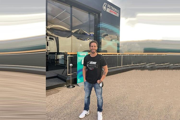 Andrea Dovizioso devant Petronas Hospitality