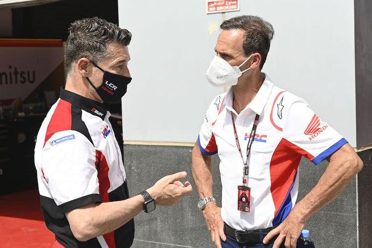 Alberto Puig (à droite) en conversation avec le patron de LCR Honda Lucio Cecchinello